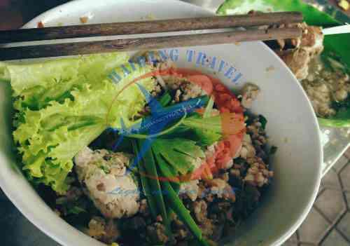 Mì khô thập cẩm cho bữa trưa khi du lịch Sài Gòn
